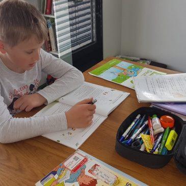 Unsere Kinder beim Distance-Learning-Učimo se od doma